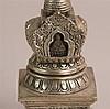 Votiv-Stupa - Tibet,Silberlegierung,das quadratische,getreppte Basiselement ist mit Löwen verziert darüber erhebt sich über doppeltem Lotossockel der Kuppelaufsatz mit aufwändig gerahmter Gau-Nische,darin ist der meditierende Buddha Shakyamuni