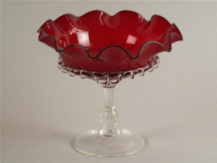 Fußschale - Schale aus rotem Glas, bewegter Rand, balusterförmiger Schaft und Rundfuß aus Klarglas, H ca. 17 cm, D ca. 20 cm