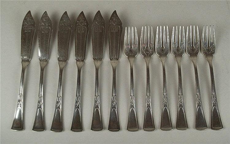 Jugendstil-Fischbesteck für 6 Personen - 12-tlg: 6 Messer & 6 Gabeln,60er Silberauflage,mit sehr schöner Jugendstil-Ornamentik,L.ca.21/18cm,in bestickten Stoffetuis