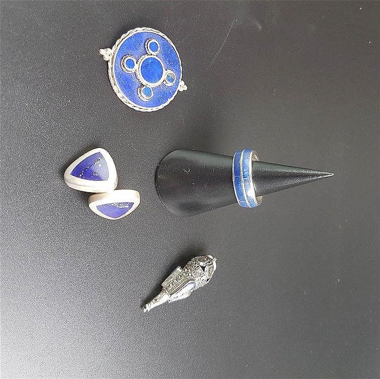 Konvolut Silber/Lapislazuli - 5-tlg: 1 Anhänger (L.ca.3,5cm),1 Paar Ohrstecker,2 Ringe,Filigransilber,bzw.gestempelt 925,mit Lapisbesatz,1 Ring lt. vergoldet mit blauem Schmuckstein,Ges.Gew.ca.25,3g