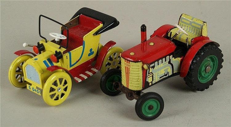 Konvolut Blech-Fahrzeuge - 2-tlg:Traktor der Marke KDN,Uhrwerk-Schaltgetriebe defekt,L.ca.13,5cm/Oldtimer der Marke Dubena Cesky Dub S 0401, farbig lackiert,L.ca.13,5cm