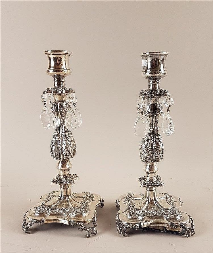 Paar Kerzenleuchter - gestempelt 800 Silber,vierpassiger Stand auf rocailierten Füßchen,darüber gegliederter, üppig reliefierter Balusterschaft mit Vasentüllen,Fuß gefüllt,H.jeweils ca.31cm,mit Glasbehang