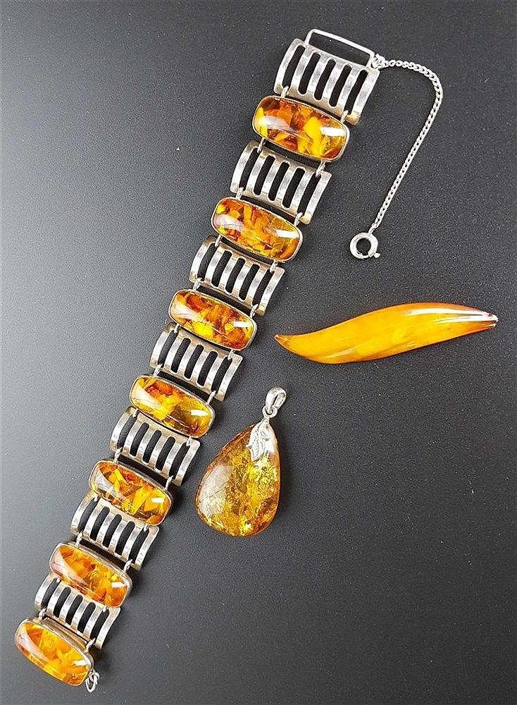 Konvolut Bernstein - 3-tlg: Brosche (ca.5,5cm l.),Anhänger(ca.36mm l.),Armband (Marke:Fischland,ca.19cm l.),835/925 Silber,alle gestempelt