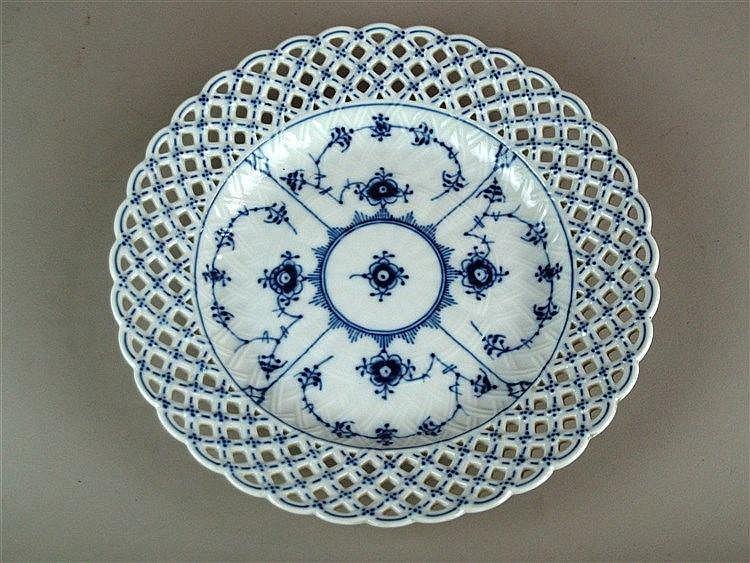 Korbschale - Royal Copenhagen,runde Form mit ausgestelltem Rand mit durchbrochen gearbeitetem Korbgeflecht,Dekor:''Musselmalet'',Bodenma rke in Grün und Blau 1975-79,Dm.ca.25,5 cm