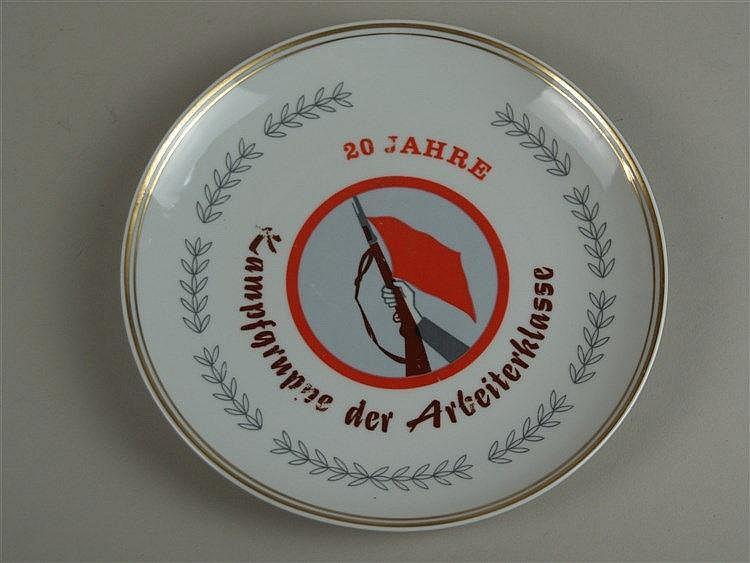 Zierteller - Wallendorfer Porzellan, ''20 Jahre Kampfgruppe der Arbeiterklasse'', mit Wappen, Goldrand, D ca.19,5 cm