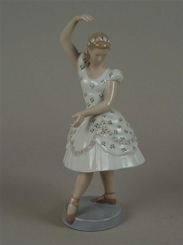Columbine - Bing & Gröndahl,Bodenmarke 1960er Jahre,aus der Pantomime Tivoli-Serie,Modellnr.2355,auf runder Plinthe,in Pastellfarben staffiert,H.ca.24,5 cm