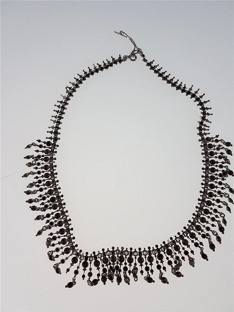 Collier - orientalisch anmutendes,breites  Band mit unzähligen filigranen Gliedern,wohl Silber,L.ca.39cm,lt.Tragespuren