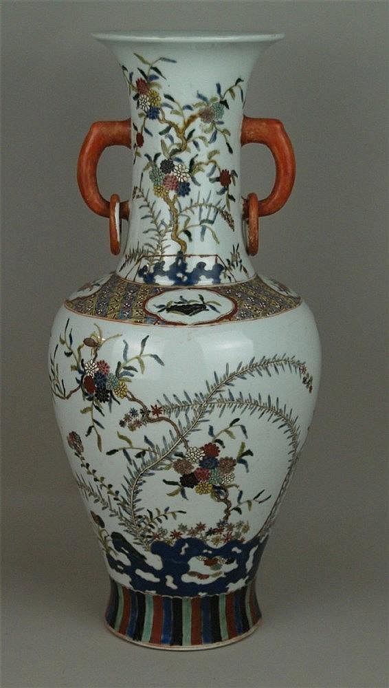 Balustervase - China späte Qingdynastie,Porzellan farbig staffiert in Emaillefarben,umlaufend auf Wandung und Hals Gelehrtensteine,blühende Zweige und Insekten,umgeben von gestreuten floralen Motiven und Glückssymbolen,Bemalung strukturiert durch