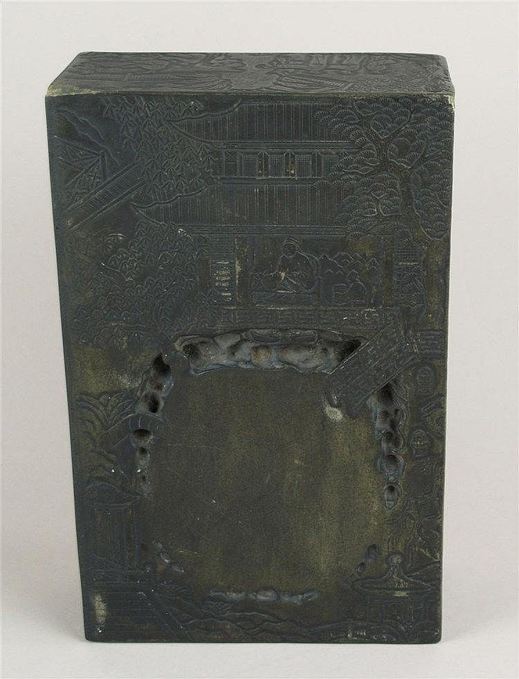 Sehr großer Tuschereibstein - China,aus schwarzem Stein, mit flach reliefierten stilisierten Gartenansichten mit Pavillons und Literatenfiguren,unterseitig innen eingeritzt mehrzeiliges Gedicht in chinesischer Kalligraphie,Gesamthöhe