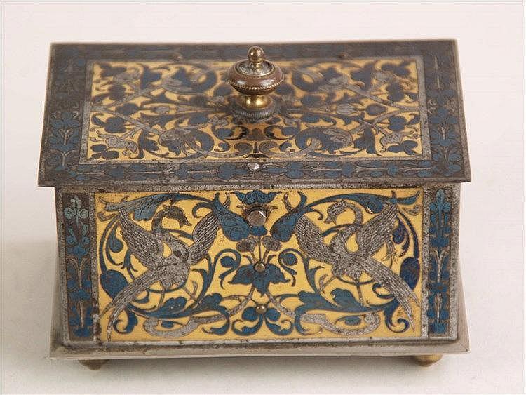 Schmuckkästchen - um 1900,im orientalischen Stil,rechteckiger Metallkorpus mit Scharnierdeckel auf vier Standfüßchen,allseits schöne Metallintarsien mit Arabesken,Vogel-und Floralmotiven auf Messinggrund,innen Satinauskleidung,ca.5x9x6cm