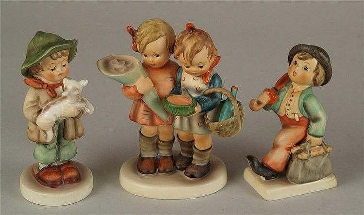 Konvolut Hummelfiguren Goebel - 3 Teile, polychrom bemalt, um 1980, zwei Jungen H.ca.12cm und 10cm, Mädchen H.ca.10,5cm