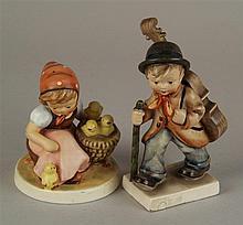 Konvolut Hummelfiguren Goebel - 2 Teile, polychrom bemalt, 1: Kükenmutter, Ende 20.Jh., H.ca.10,5cm; 2:Wanderer, nach 1935, leichte Beschädigung an der Violine, H.ca.14,2cm
