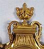 Cartelluhr - Frankreich,um 1870,geschwungenes partiell verglastes Gehäuse mit Voluten-und Akanthusdekor,bärtiger Maske als unteren Abschluss und vollplastischer Vasenbekrönung,seitlich Gitterwerk, rundes reliefiertes Metall-Zifferblatt mit