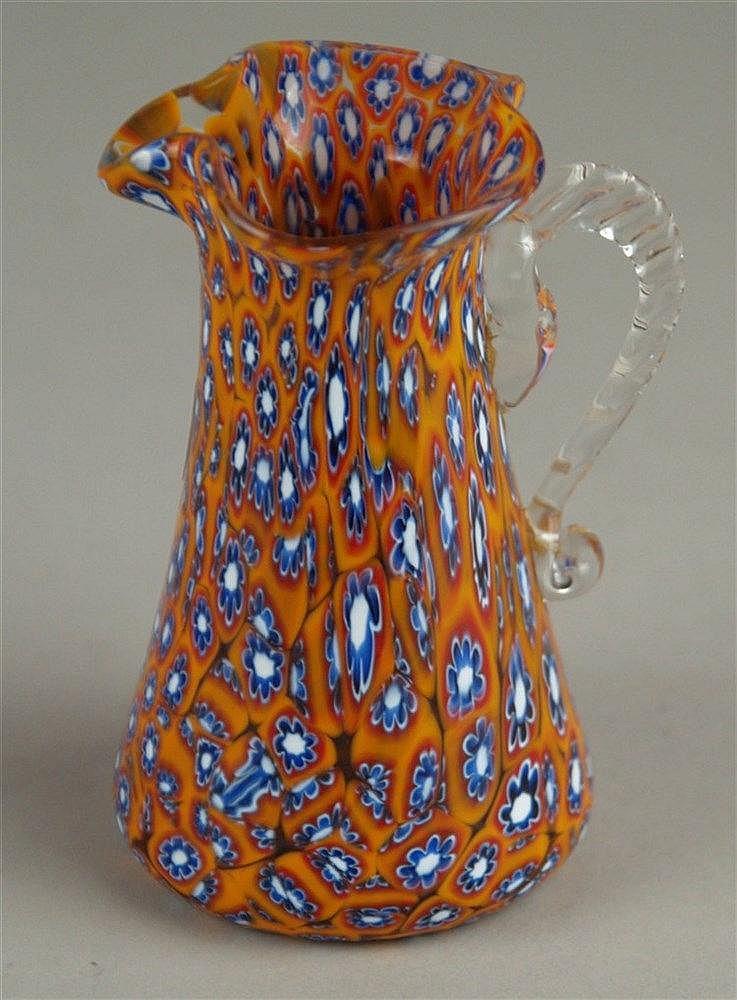 Murano-Henkelkrug - Klarglas mit orangenen Farbeinschmelzungen und blau/weißen Murrinen,H.ca.10,5cm