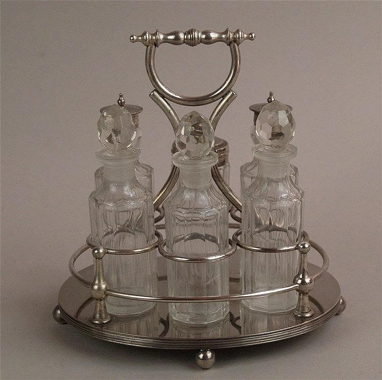 Menage - Metall versilbert, 7-tlg: 3 Essig-/Ölflaschen mit geschliffenen Stöpseln, Salz- und Pfefferstreuer, kl.Zuckerdose, H.ca.11-15cm, auf runden Platte zentrale Halterung mit Tragegriff, GH ca.22cm
