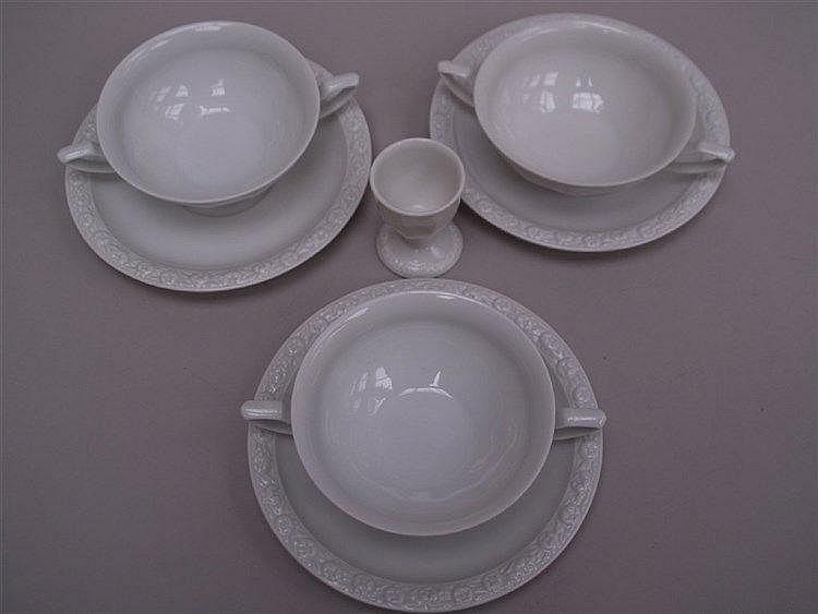 3 Suppentassen mit UT- Rosenthal ''Maria Weiß'' 20.Jhdt., weiße Glasur, mit floralem Dekor am Rand, D.ca 12cm, anbei 1 Eierbecher