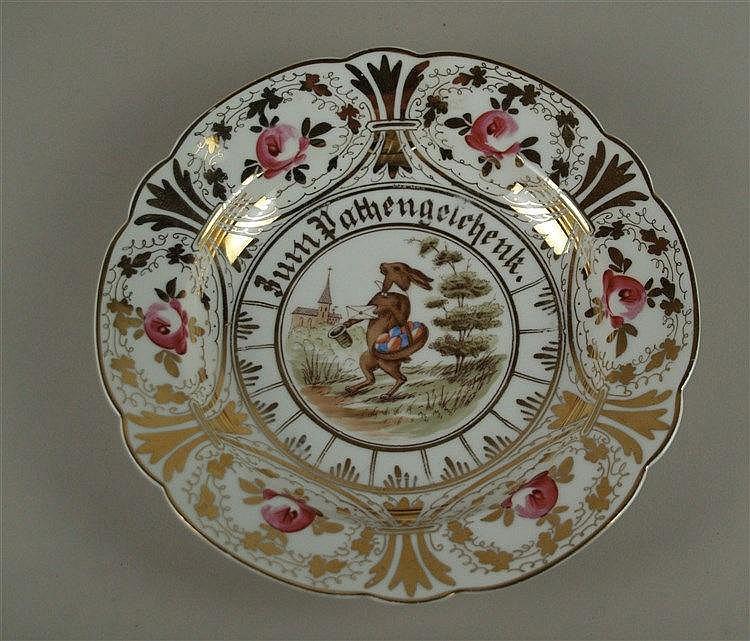 Zierteller - fein gemaltes Hasenmotiv im Spiegel, Umschrift ''Zum Pathengeschenk'', Porzellan,üppige florale Goldstaffage mit rosafarbenen Blüten, D.ca.25cm