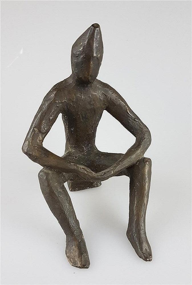 Schmidt,Willi (wohl,1924-2011, Bildhauer und langjähriger Dozent an der Städelschule in Frankfurt a.M.) - Sitzende Gestalt,Bronzefigur, H.ca.17cm
