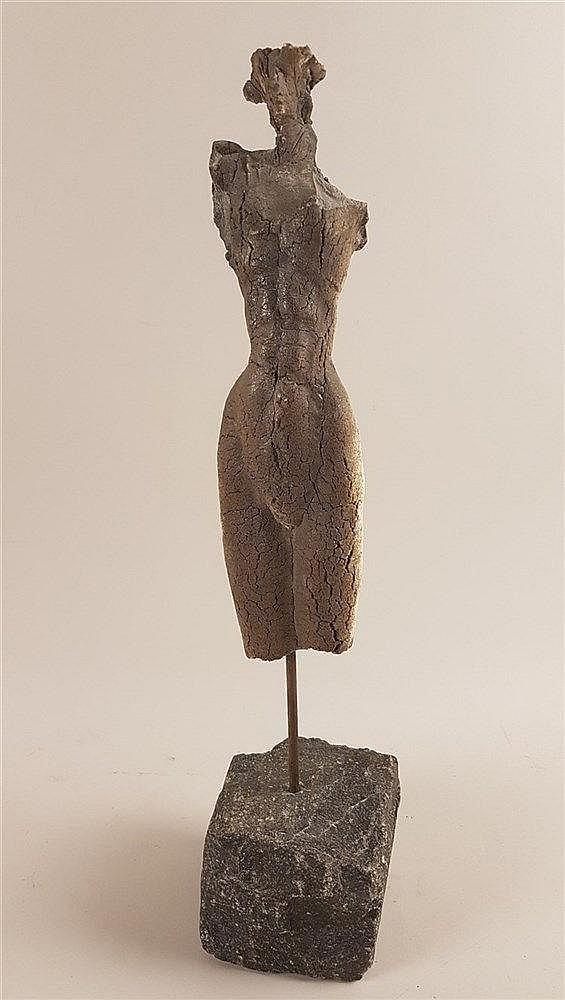 Weiblicher Torso mit Kopf - wohl Tonmasse,imitierte Risse, auf rechteckigem Steinsockel,monogrammiert und datiert ''m 95'', H.ca.51,5cm