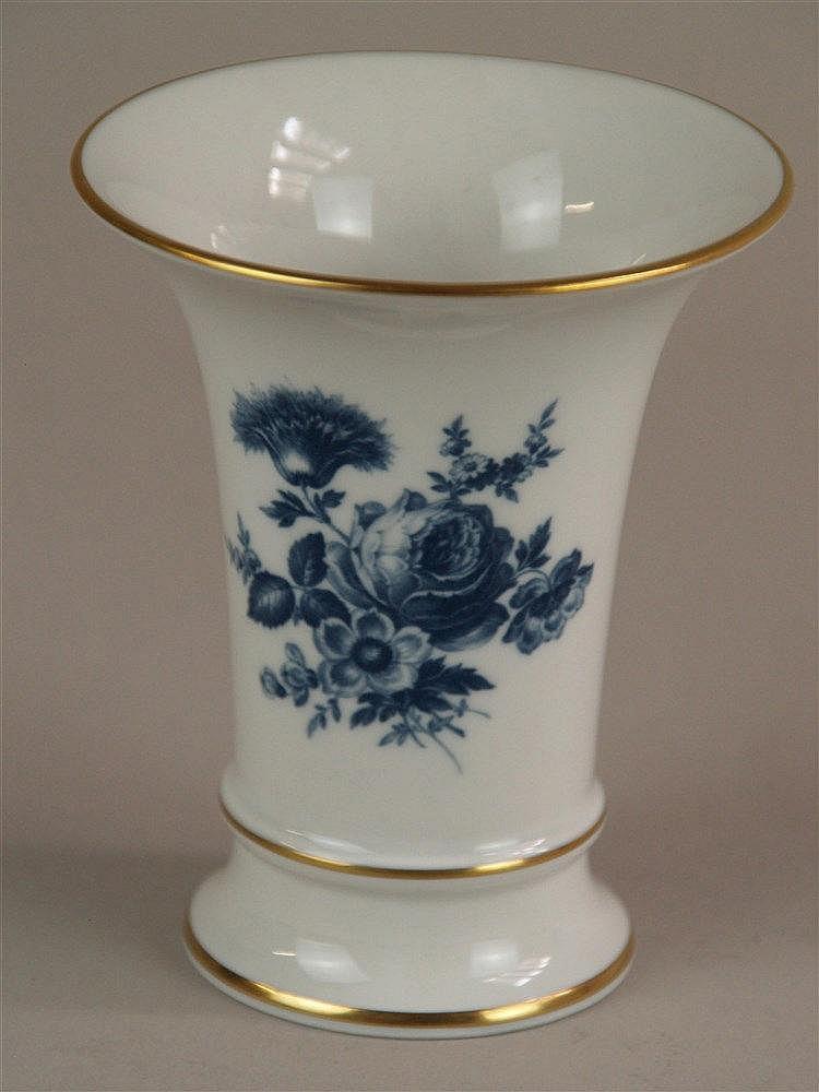 Vase - Meissen blaue Schwertermarke, blauer Blumendekor, goldstaffiert, in Originalverpackung, H.ca.11cm