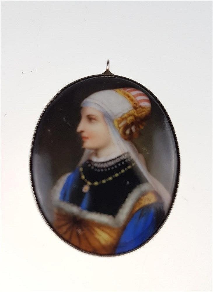 Porzellan-Anhänger/-Brosche - 19.Jh.,ovale Porzellanplakette mit überaus feiner Malerei: Profilportrait einer jungen Frau in historisierender Tracht,schlichte Silberfassung gestempelt 835,Broschierung verso einseitig abgebrochen,ca.5x3,9cm