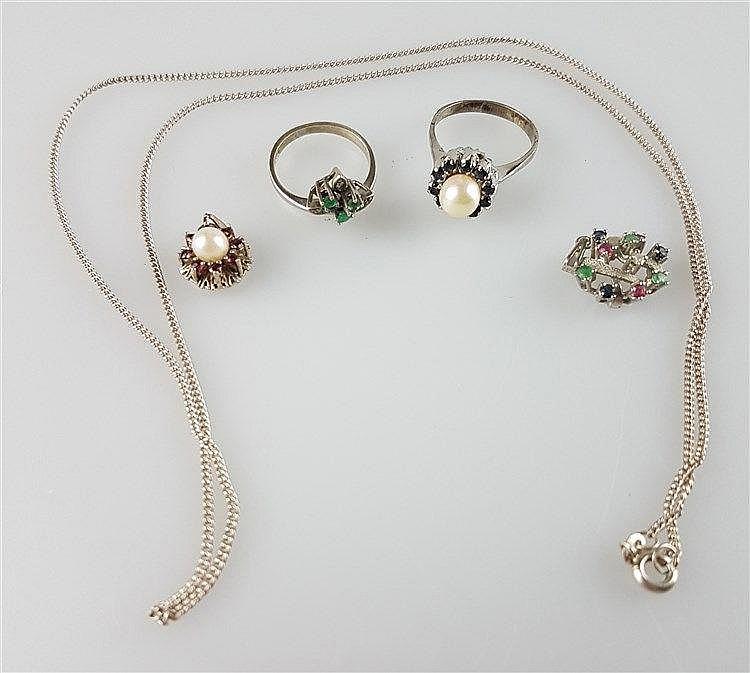 Konvolut Schmuck - 5 Teile, Ring mit weißer Perle und schwarzen Steinen, Silber 835 gestempelt; Ring mit weißen und grünen Steinen, Weißgold 333 gestempelt, Anhänger mit rosen Steinen und weißer Perle, Silber 925 gestempelt; Anhänger mit