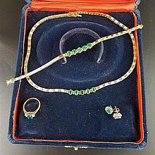 Moderne Smaragd-Parure - 4-tlg bestehend aus Collier,Armband, Ring und Paar Ohrringen, GG/WG gestempelt '750',Ohrringe '585'-GG,besetzt mit insgesamt 13 ovalen facettierten Smaragden und 52 kl.Brillanten(div.Größen,Einzelsteine bis