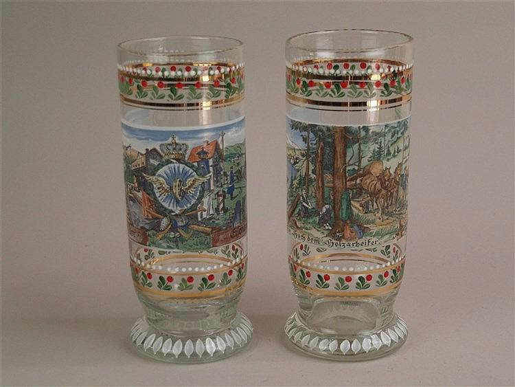 Zwei Vasen - um 1980, Rastal Höhr-Grenzhausen, farbloses Glas, bemalt mit umlaufendem floralem Muster, gedruckte Szenen ''Ein Hoch dem Holzarbeiter'' und ''Ein Hoch der Eisenbahn'', H.ca.25cm