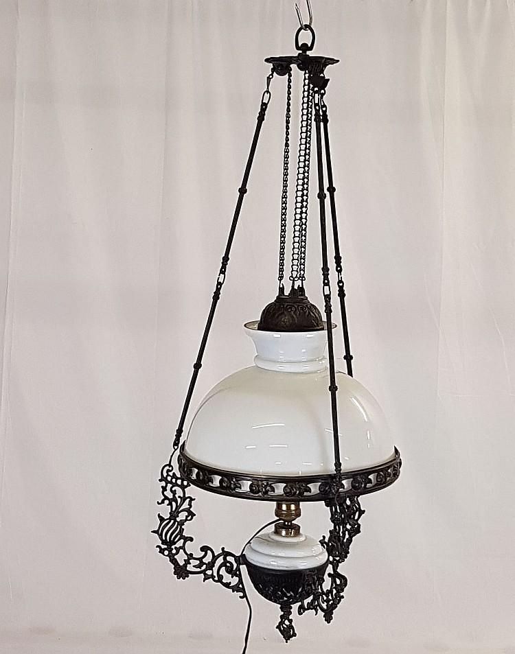 Deckenleuchte - Holland,spätes 19.Jh.,elektrifizierte Petroleumlampe,runder Milchglasschirm und Glaszylinder,Glaszylinder restauriert/geklebt,durchbrochen gearbeitetes Eisenguss-Metallgestell an dreiteiliger Kettenaufhängung mit