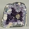 Amethyst-Druse  - stehende auskristallisierte Druse, mittig von lavendelfarbigem Amethyst und Kalzit-Kristall überzogen, Gewicht: ca.3242g,ca.18x18x9cm