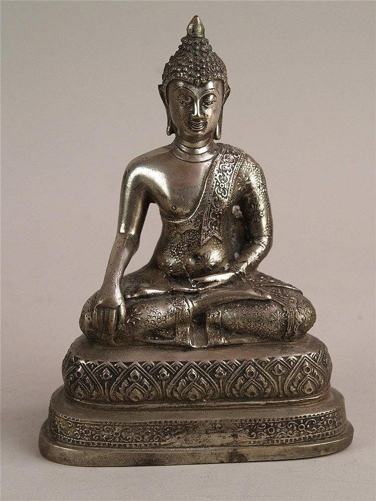 Buddha Sakyamuni - Thailand 19.Jh.,Handhaltung der Erdberührung(bhûmisparsa-mudrâ),wohl Silber mit niedrigem Feingehalt, auf mehrstufigem Sockel,zierreliefiert,offener Boden,H.ca.20,5 cm