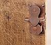 Kleiner Schrank - Eiche,eintüriges, schlichtes Gehäuse auf gewellten Wangenfüßen,innen zwei Einlegeböden,Kassettendekor,Schlüssel, Alters-und Gebrauchsspuren, ca.70x58,5x42cm Schenkel 44cm