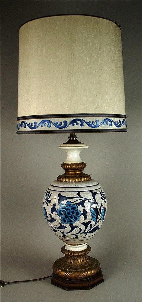 Große Stehlampe - 1960er Jahre,3-flammig, mit Holzsockel und Keramikkugel,blauer Floral-und Rankendekor, Goldstaffage, Stoffschirm,elektrifiziert,H.ca.107cm, Schirmdm.ca.42cm, schwere Ausführung