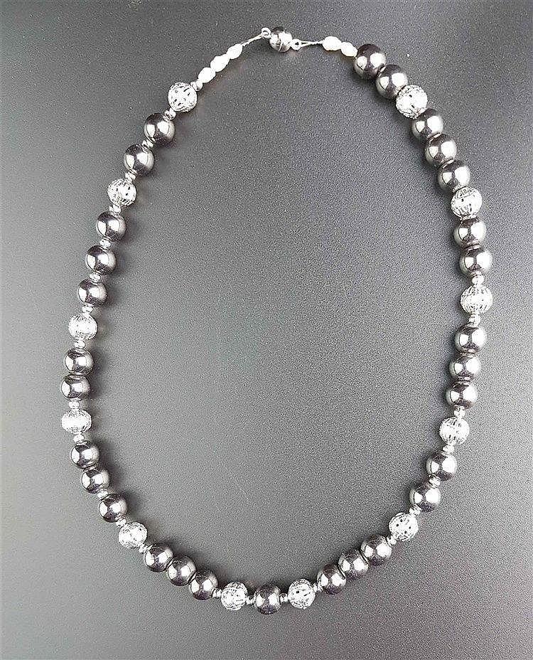 Hämatitkette - Hämatitperlen (Dm.ca.0,6mm),durchbrochene Silber-Zierkugeln als Zwischenelemente,Magnetverschluss,L.ca.2 2cm
