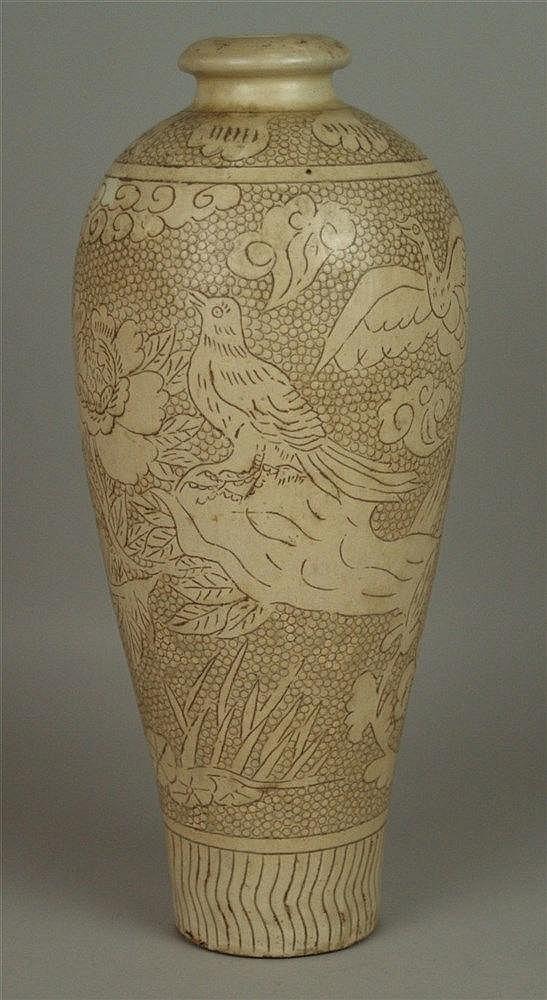 Vase - China,Cizhou-Stil,Wandung in schlanker Meiping-Form mit cremefarbener Engobe und brauner Malerei in der Art der Sgraffito-Technik,H.ca.37cm