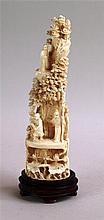 Elfenbeinfigur - China,späte Qing-Dynastie/um 1900, hochaufragende Landschaft mit Kiefernbäumen sowie Gelehrtenfiguren,im unteren Teile blühende Lotospflanzen,vollrund filigran geschnitzt,sehr detailliertes Schnitzwerk, feine Ritz-Gravur