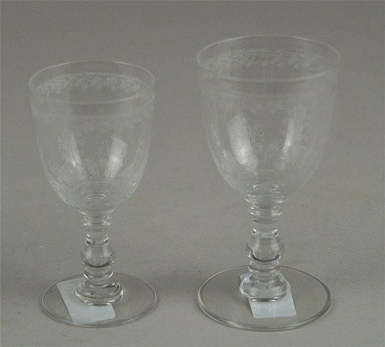 Zwei filigrane Verlobungsgläser - farbloses Glas,Kuppa mit eingeätztem Rokoko-Dekor, H.ca.9,5/10,5cm, guter Zustand
