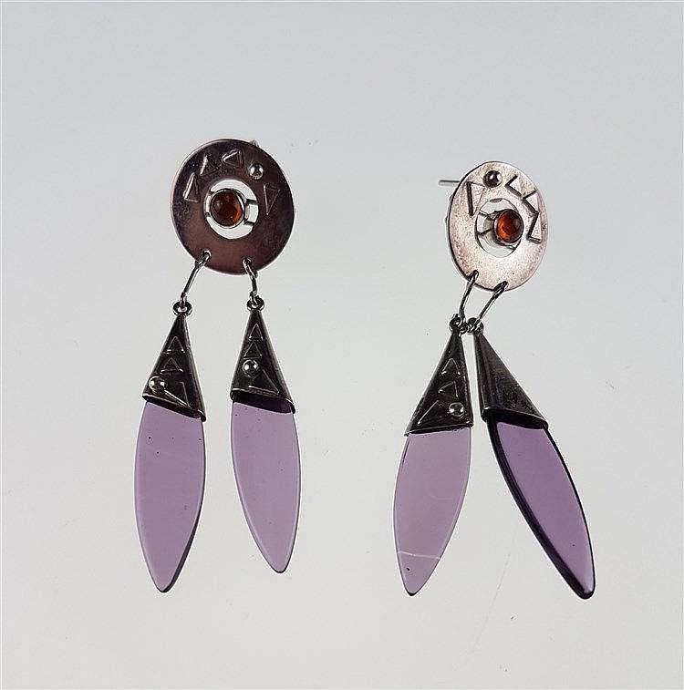Paar Ohrhänger - Sterling-Silber gestempelt,runde Elemente mit Reliefzier,Karneolcabochon und zwei Amethyst-Hängern