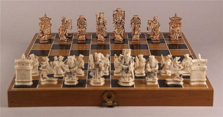 Elfenbein - Schachspiel - China,32 Schachfiguren,sog.''Internationales Schach'',Ritz-Gravur-Technik, stellenweise schwarz pigmentiert,Figuren in Form von chinesischem Kaiser mit Kaiserin,Hofstaat, Soldaten und chinesischen Türmen,König H.ca.7,8cm,