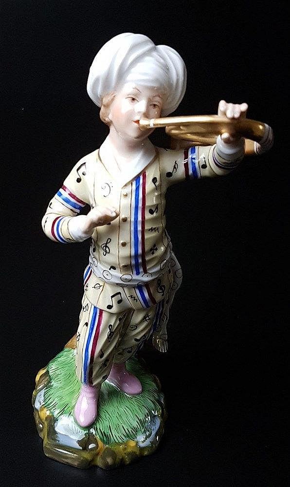 Musiker aus der Türkenkapelle - Hoechst blaue Radmarke mit Malerzeichen, 20.Jh., Entw.Johann Peter Melchior (1747-1825), Waldhorn, polychrom bemalt, gelbe Uniform, H.ca.17cm