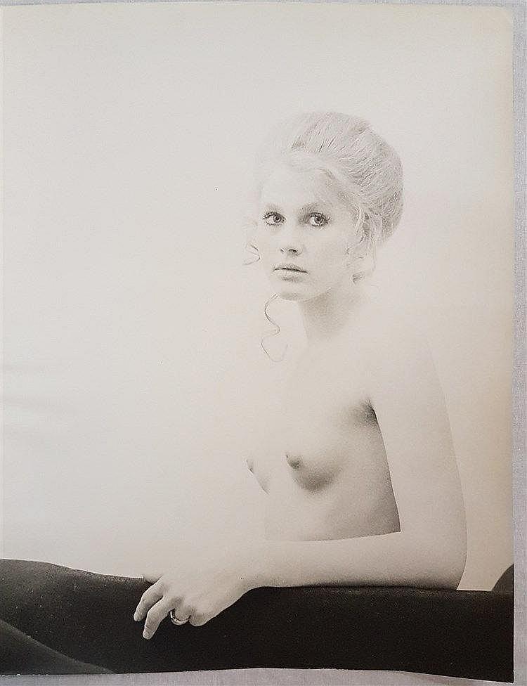 Székessy, Karin (geb. 1939) - Halbakt in Blond, Silbergelatineabzug, schwarz/weiß, verso in Bleistift betitelt ''Dagmar'' und datiert 1970,ca.60x46cm,ungerahmt