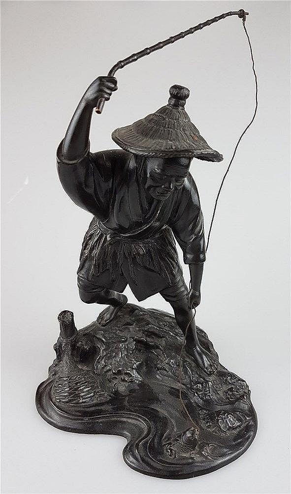Bronzefigur ''Chinesischer Fischer mit Angel'' - auf Natursockel stehend, die Angel auswerfend, naturalistisch gearbeitet, Bronze dunkel patiniert, H.ca.27,5cm