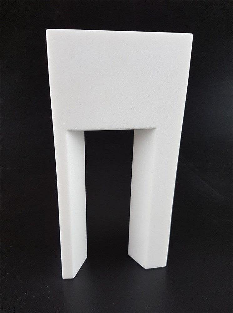 Marta Pan (1923 Budapest - 2008 Paris) - ''Porte 2D'' Skulptur Marmor, 5/8 aus 2005, ca.20x5x10cm. Marta Pan war eine französische Bildhauerin ungarischer Herkunft,in ihren Arbeiten im abstrakten Stil legte sie viel Wert auf Balance, Symmetrie und