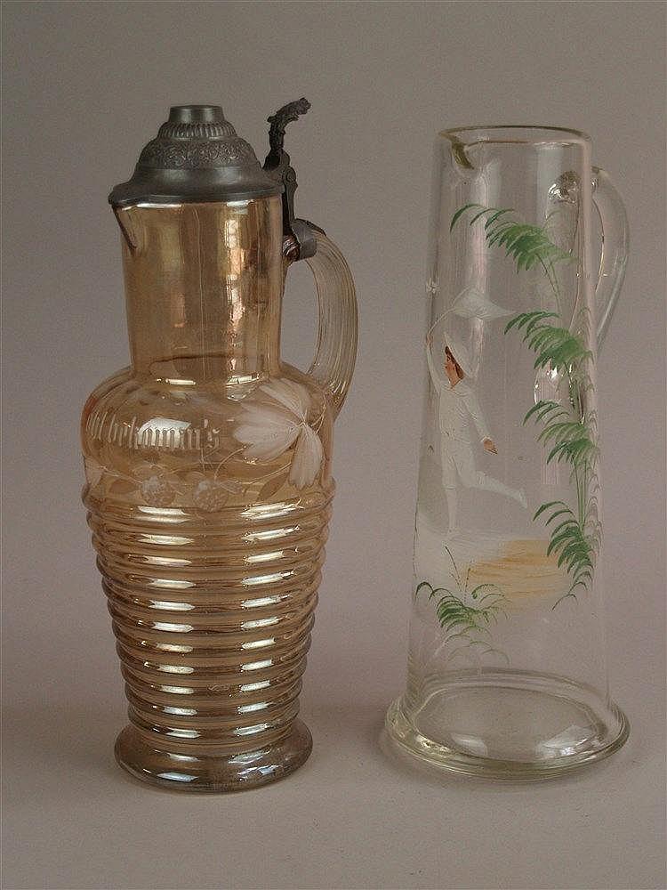 2 Glaskrüge - um 1900, Jugendstil, 1x H.ca.33cm Junge beim Schmetterlingfang, Emaillemalerei, Goldrand berieben; 1x H.ca.35cm, gelbes Glas mit Blattmuster, Zinndeckel