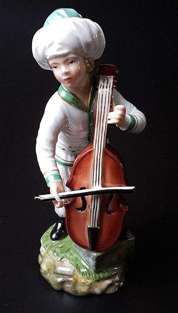 Musiker aus der Türkenkapelle - Hoechst blaue Radmarke mit Malerzeichen, 20.Jh., Entw.Johann Peter Melchior (1747-1825), Bassgeige, polychrom bemalt, weiß/grüne Uniform, H.ca.17cm