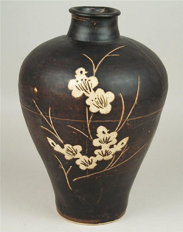 Meiping-Vase - China,Cizhou-Typus,Steinzeug mit brauner Glasur und ausgeschabtem, hell engobiertem Kirschblütendekor,H.ca.27cm
