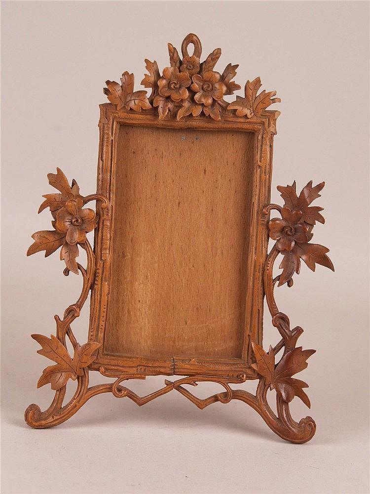 Fotorahmen - Holz,mit plastisch geschnitzten Blumen und Blättern, Gesamtmaße ca.26x19cm, Rahmenmaße ca.15x9cm,