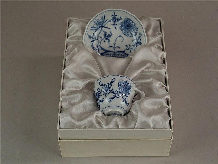 Meissen-Set im Box - Tasse und Untertasse, blaue Meissen Schwertermarke, blauer Blumendekor, Asthenkel, H.ca.5cm, Untertasse D.ca.5cm