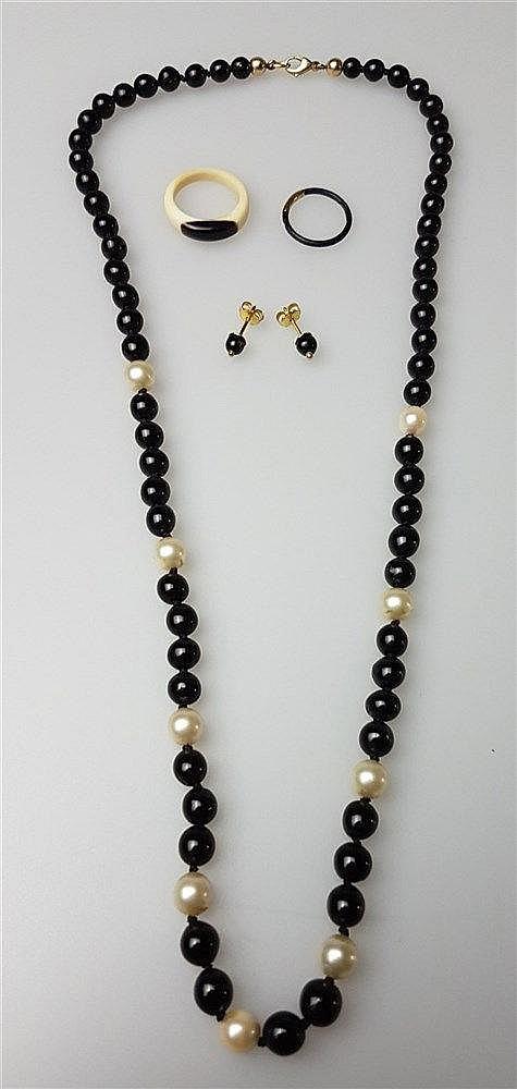 Konvolut Koralle - 4-tlg: 1x Halskette, mit weißen Perlen und schwarzen Korallen, Goldverschluß, L.ca.61cm; 1Paar Ohrstecker, Goldverschluß, L.ca.17mm, 2x Ringe D.ca.19/24mm