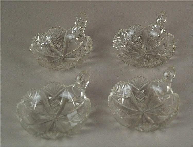 Konvolut Kristallschalen - 4-tlg, mit Griff, gezackter Rand teilw. bestoßen, D.ca.10cm